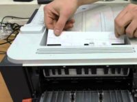 Вытаскивание бумаг из лотка принтера